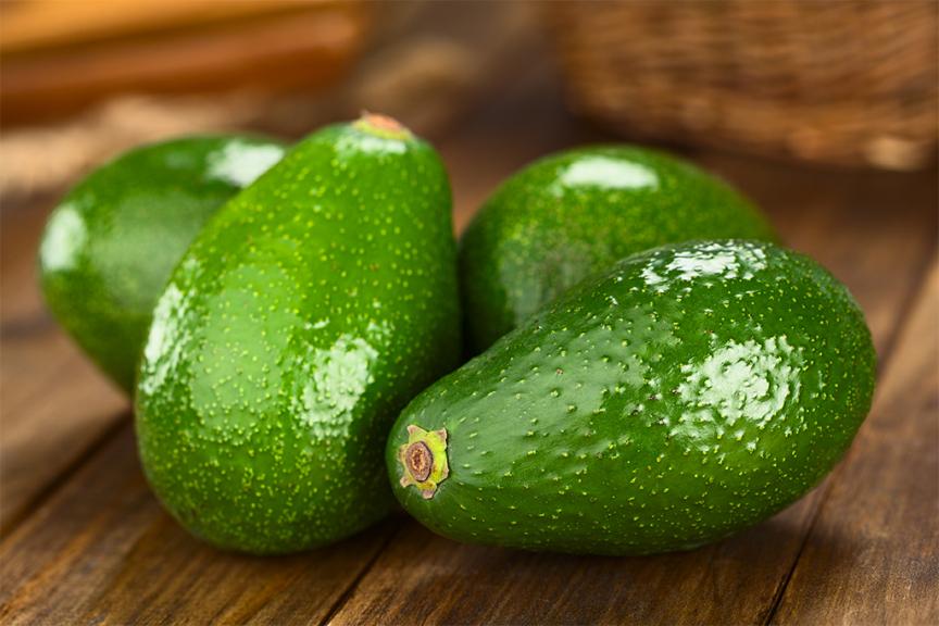 avocado fuerte verde su tavolo di legno