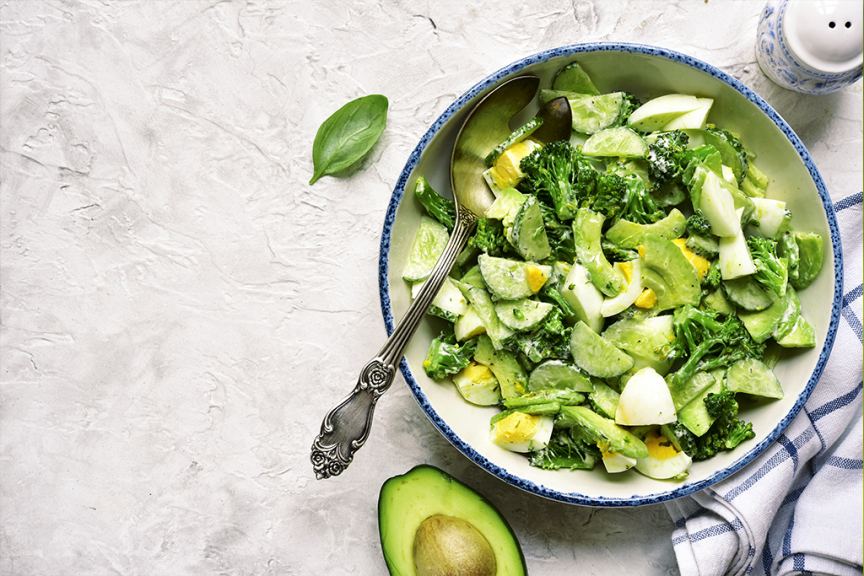 ricetta avocado insalata con uova e broccoli