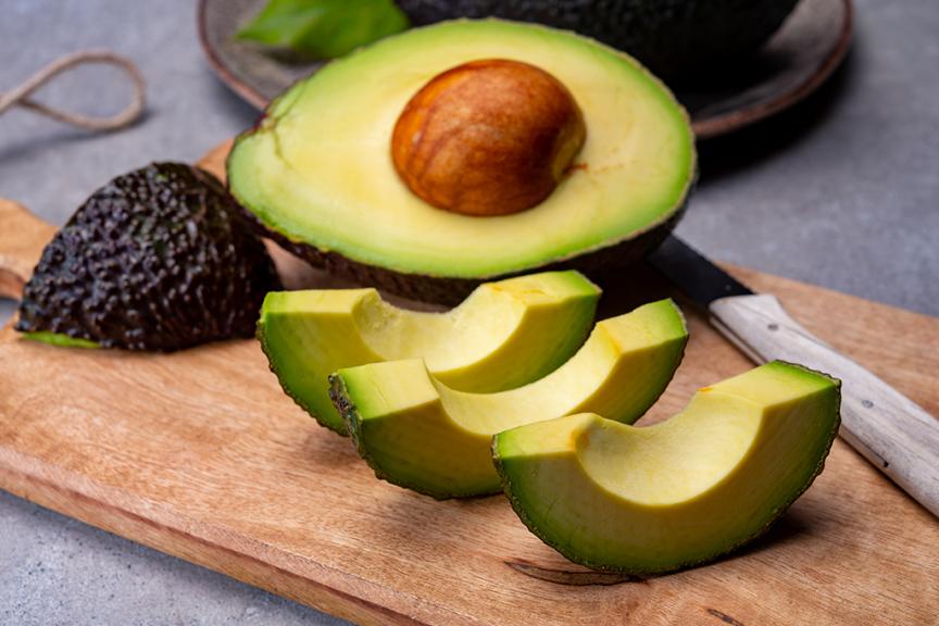 avocado hass maturo a fette su tagliere