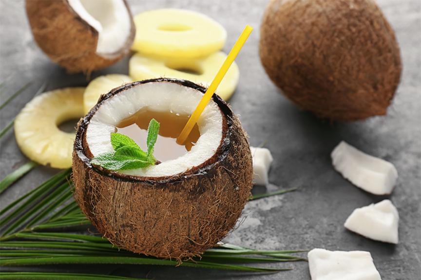 Cocktail con ananas e cocco