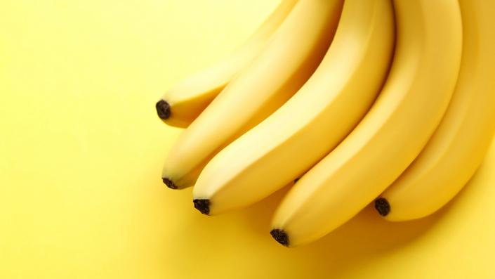 casco di banane su sfondo giallo