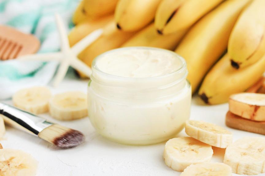 vasetto con accanto pennello viso e banane tagliate a rondelle