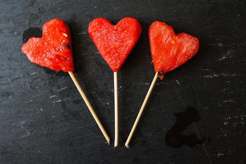 tre cuori rossi di anguria su stecchini color legno