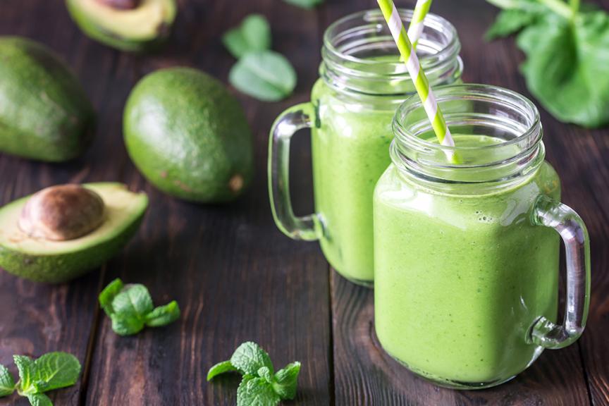 due bicchieri di vetro trasparente contenenti spremuta di avocado